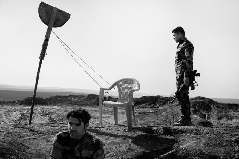 Курдские боевики охраняют новую границу между территорией, контролируемой региональным правительством Курдистана, и районами, находящимися под контролем иракской армии недалеко от города Башика, освобожденными от ИГИЛ в 2016 году иракскими и курдскими силами.