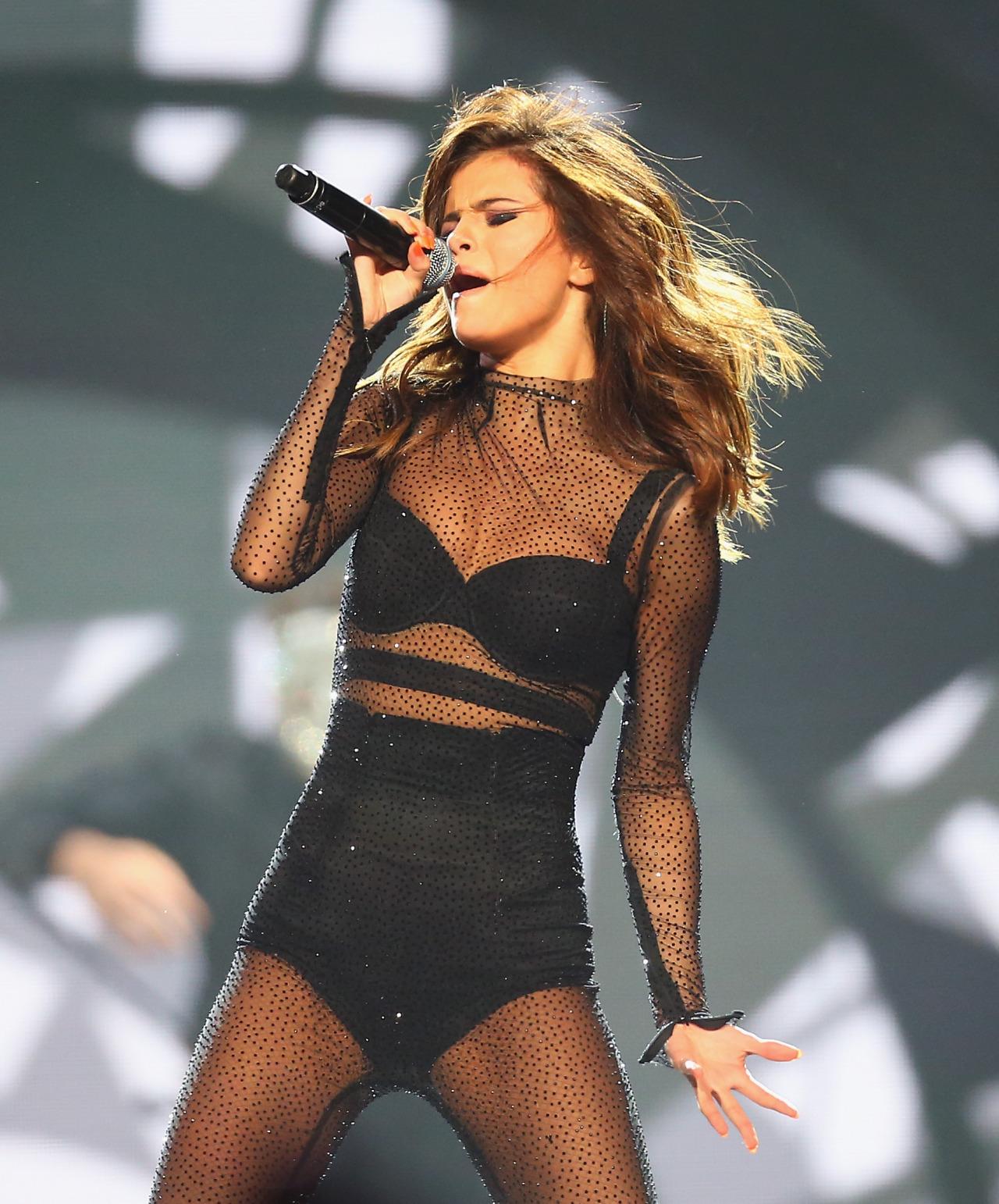 dc28b6ed01089 ... looks maravilhosos e várias trocas de roupas. Afinal Selena Gomez tem  ganhado