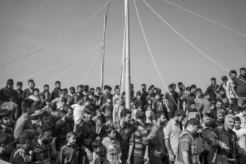 Сирийские курдские беженцы внутри лагеря Бардараш.
