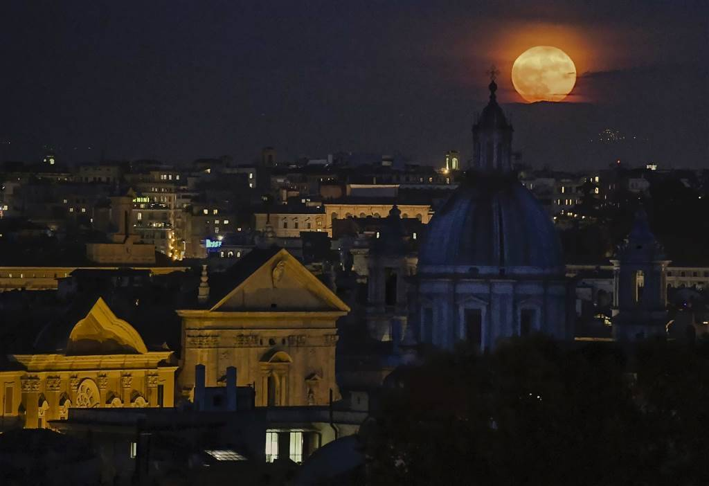 "A ""supermoon"" rises over the Rome's skyline. Alessandro Di meo"