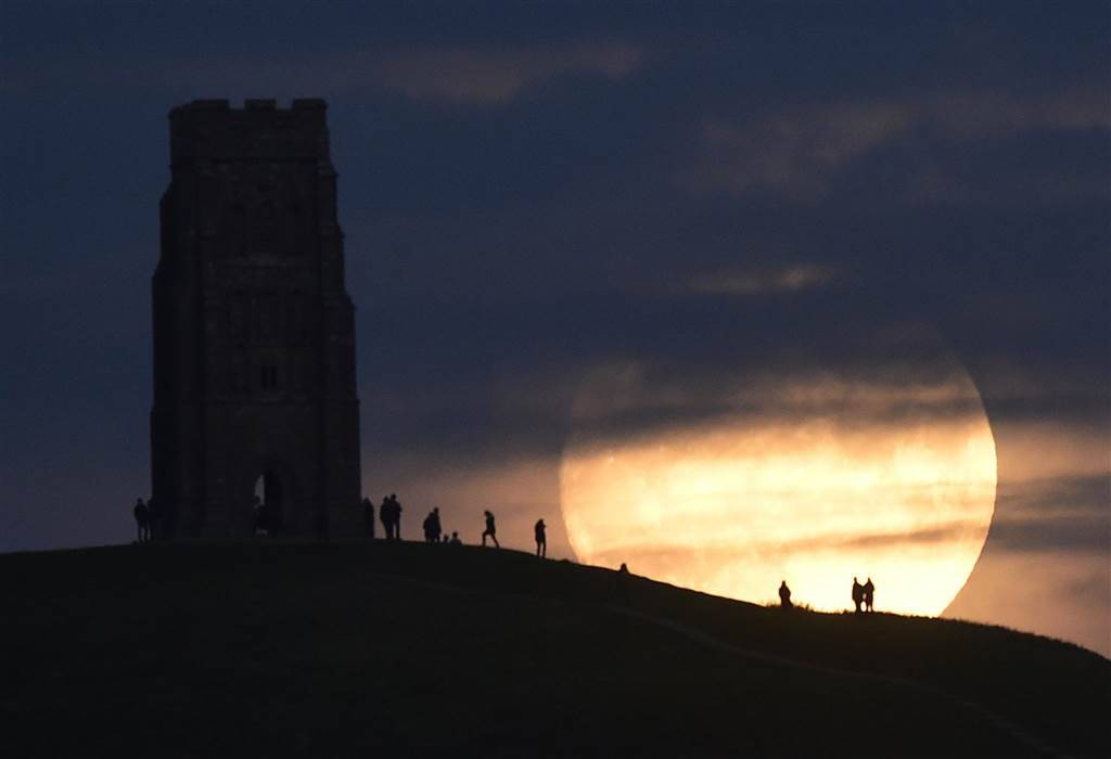 "The moon rises near Glastonbury Tor a day before the ""supermoon"" spectacle, in Glastonbury, Britain REBECCA NADEN"