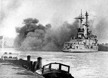 1939年9月1日、ヴェステルプラッテのポーランド軍守備隊に砲撃を浴びせるドイツ戦艦シュレスヴィヒ・ホルシュタイン