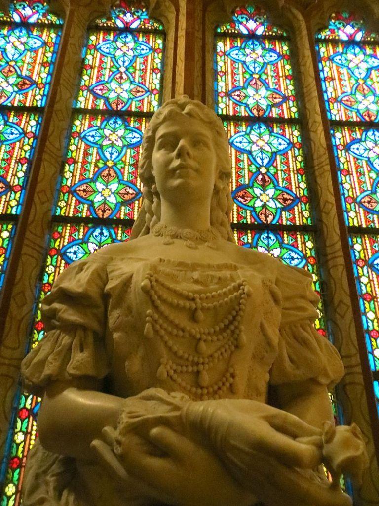 ブダペスト、ハンガリーの聖マティアス教会に位置する彫刻のエリザベス女王 出典:Wikipedia