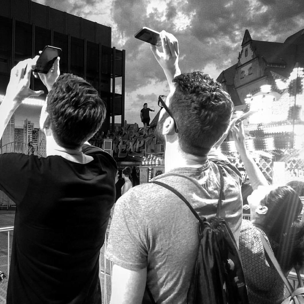 Leinewebermarkt, Bielefeld 2017.#photooftheday #onephotoaday #photography #bwphotography #blackandwhite #blackandwhitephotography #monochrome #people #social #peoplephotography #socialphotography #streetphotography #streetart #streetstyle #streetlife #kirmes #funfair #bielefeld #leinewebermarkt2017 #leineweber #leineweber2017 (hier: Bielefeld Rathausplatz)