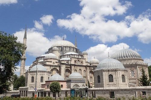 Les mosquées sont des bulles de savon qui débordent de la ville