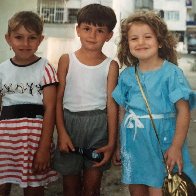 Haziran 1990. Beş yaşındayım. Ne oyundan ne güzelliğimden ödün veriyorum ve saçlarımı da asla toplatmıyorum. Yanımdaki Samet, bir de resimde olmayan Yasin'im var canımın ta içinden sevdiklerim. Düşünüyorum da sokakta ne çok dost biriktirdim. Hatta...