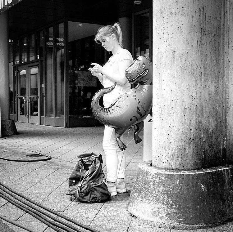 Tyrannosaurus Rex, Leinewebermarkt Bielefeld 2017.#photooftheday #onephotoaday #photography #bwphotography #blackandwhite #blackandwhitephotography #monochrome #people #social #peoplephotography #socialphotography #streetphotography #streetart #streetstyle #streetlife #dinosaurier #dinosaurs #luftballon #balloons #woman #waiting #bielefeld #leinewebermarkt2017 #leineweber #leineweber2017 (hier: Leinewebermarkt)