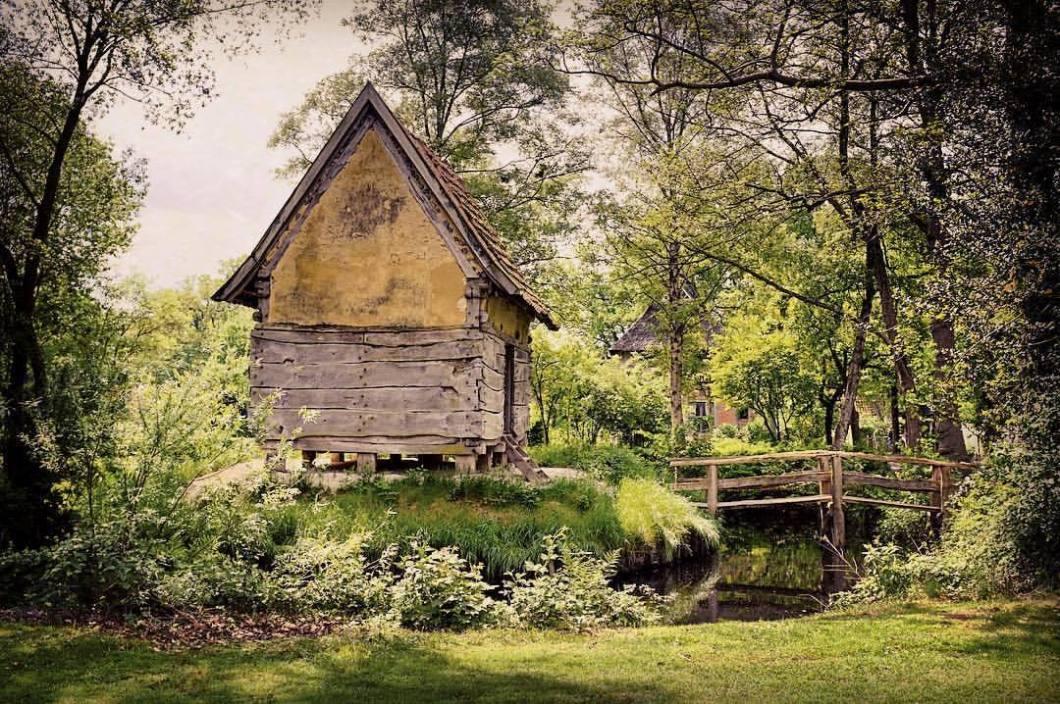 Knusper, Knusper, Knäuschen, wer knabbert an meinem Häuschen?#photooftheday #onephotoaday #photography #fujix100t #colorphotography #landscape #landschaft #landscapephotography #nature #natur #naturephotography #naturfotografie #architektur #architecture #architekturfotografie #architecturephotography #hexe #witch #forest #wald #hexenhaus #zauberwald (hier: Bad Zwischenahn)