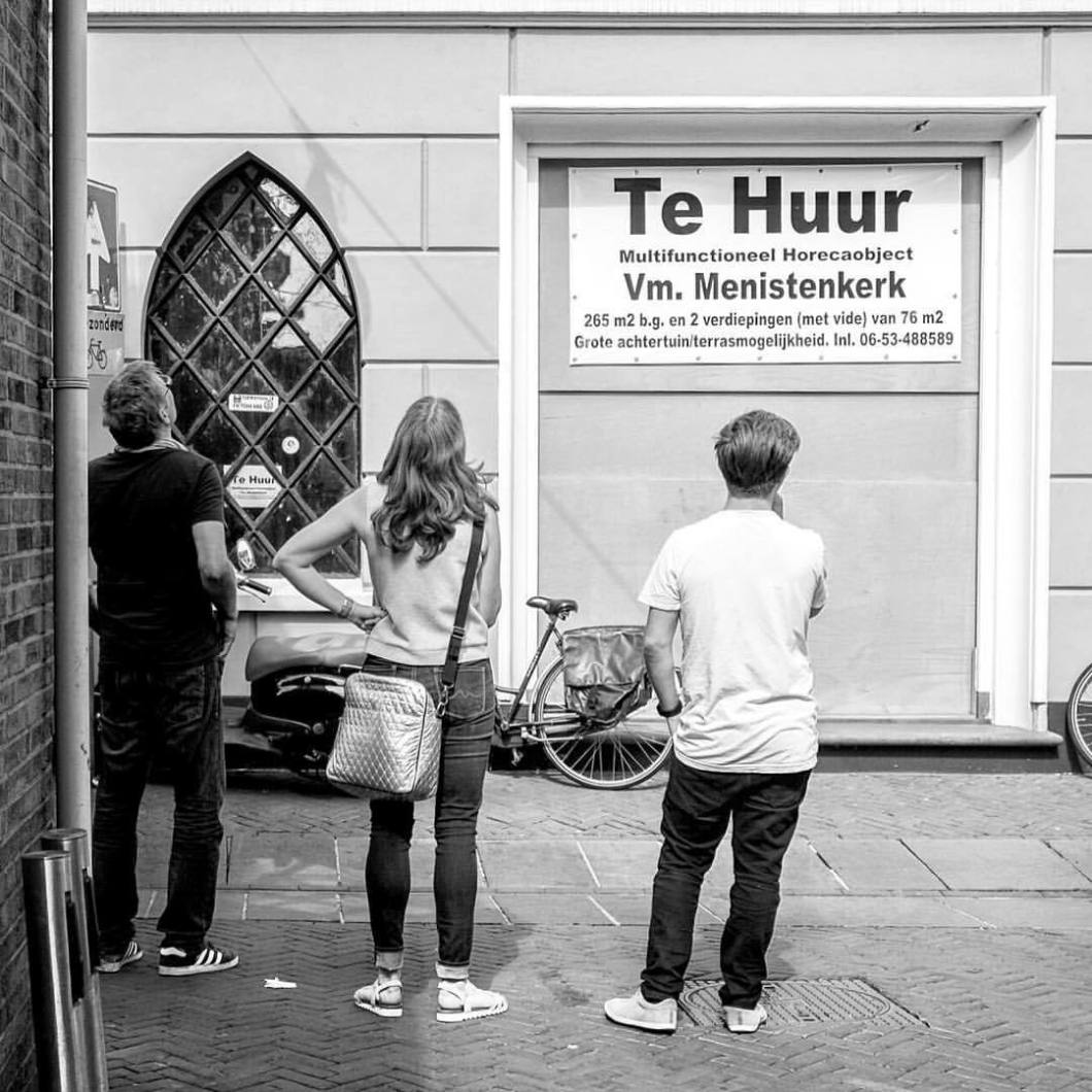 Te huur. Enschede, 2017.Enschede, 2017. .#photooftheday #onephotoaday #photography #fujix100t #blackandwhite #blackandwhitephotography #bwphotography #swfotografie #blackandwhitephoto #streetphotography #reportage #streetart #people #enschede #nederland #holland #netherlands #streetstyle #peoplephotography #reportagefotografie #reportagephotography #tehuur (hier: Enschede, Netherlands)