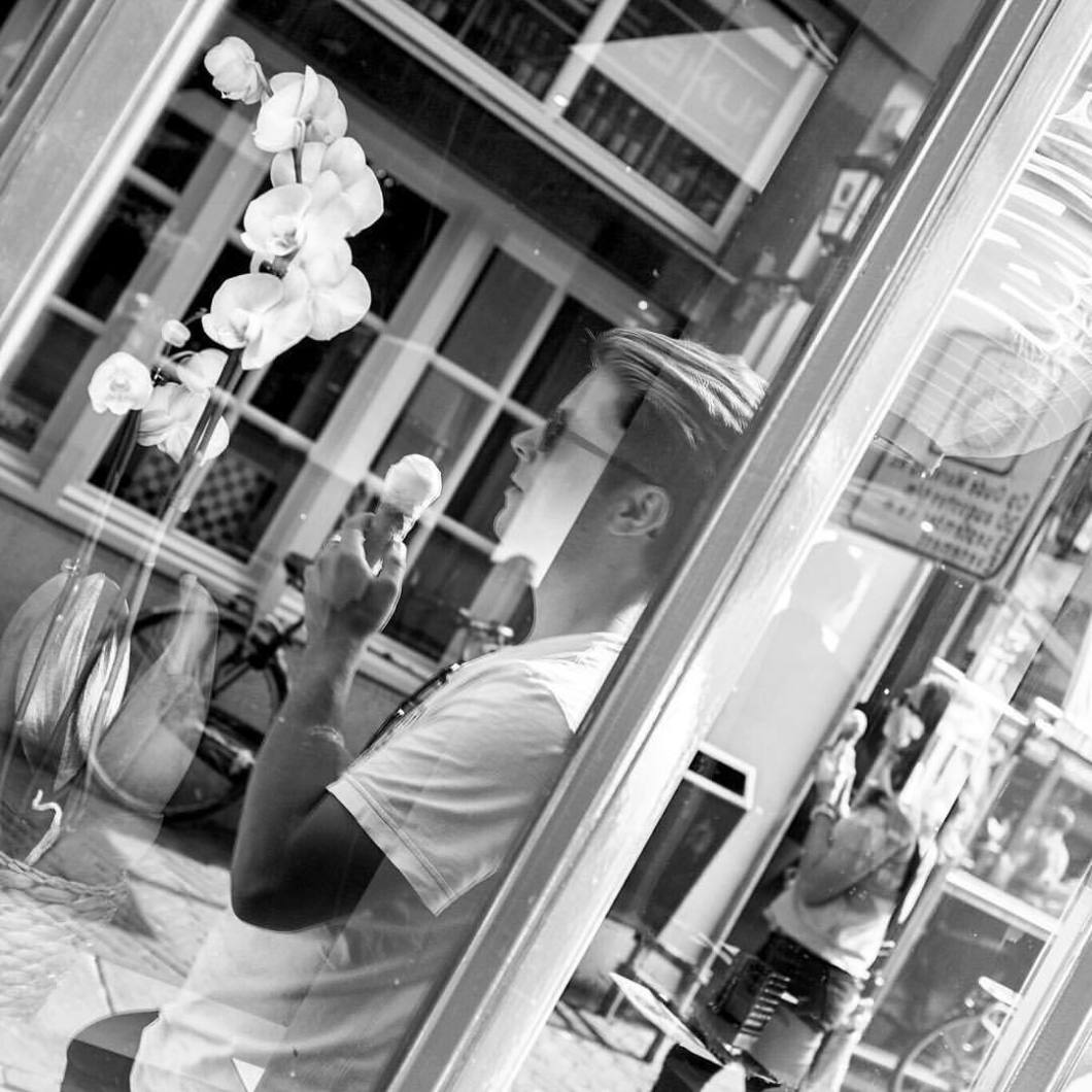 Me, myself & ice cream. Enschede, 2017..#photooftheday #onephotoaday #photography #fujix100t #blackandwhite #blackandwhitephotography #bwphotography #swfotografie #blackandwhitephoto #streetphotography #reportage #streetart #people #enschede #nederland #holland #netherlands #selfportrait #icecream #windows #glass #reflections (hier: Enschede, Netherlands)