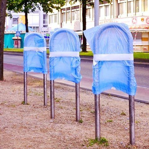 Pop-Art#photooftheday #onephotoaday #photography #photographerslife #colorphotography #streetart #streetlife #streetstyle #streetphotography #reportage #reportagefotografie #reportagephotography #art #müll #trash #popart #blue #deutsch #ordnungmusssein (hier: Mario Wallenfang Fotografie Bielefeld)