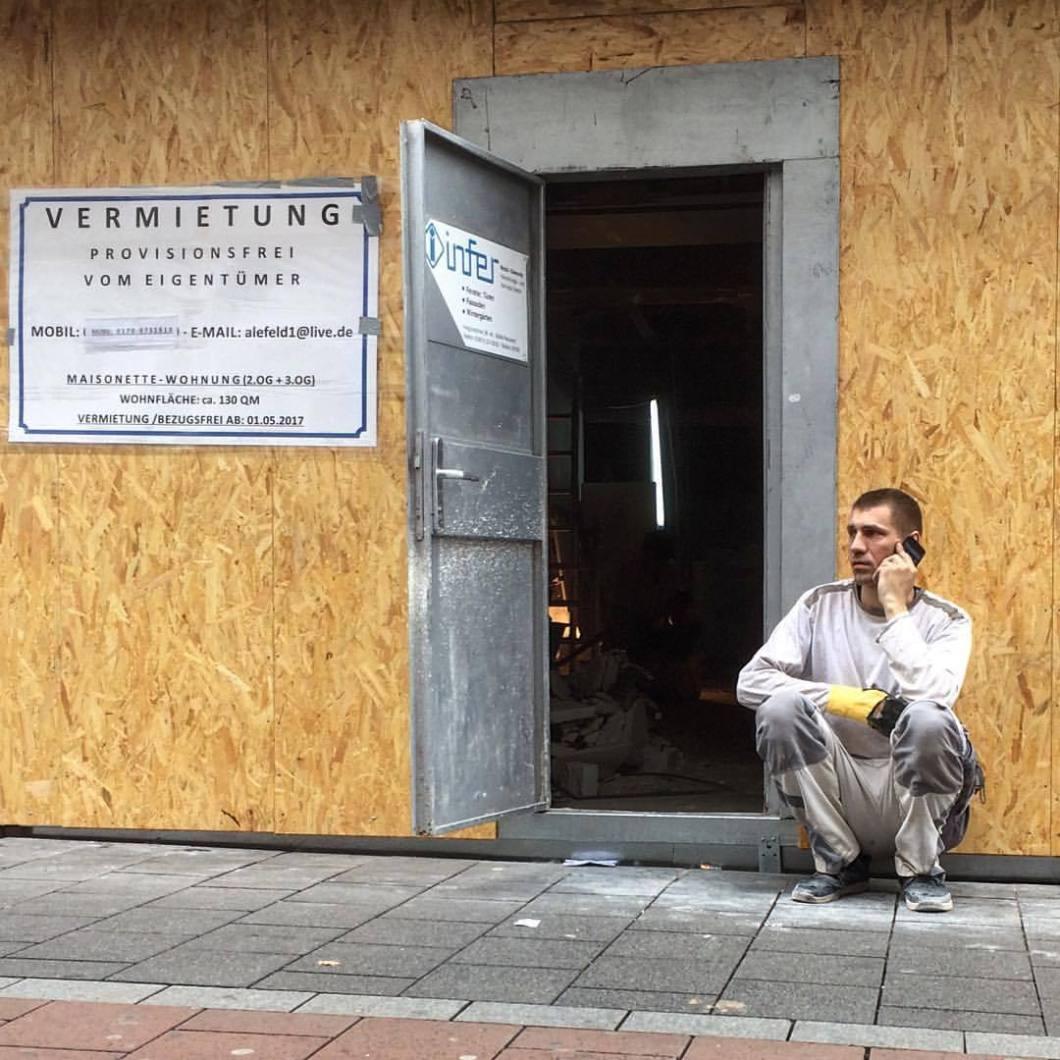 #photooftheday #onephotoaday #photography #photographerslife #fujix100t #colorphotography #farbfotografie #architecture #architektur #architekturfotografie #architecturephotography #streetlife #streetart #streetstyle #streetphotography #people #peoplephotography #portrait #portraitphotography #bonn #rheinland #nrw #rhine #rhein #rhineriver #cellphone #handy #calling #handyman (hier: Bonn, Am Rhein)