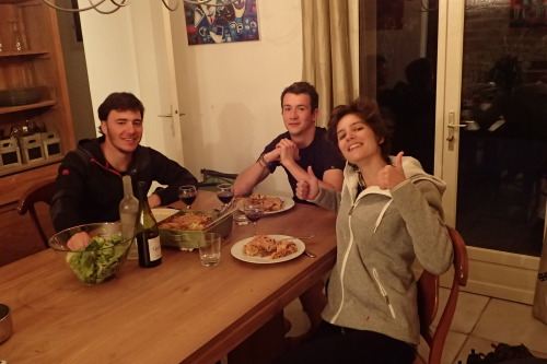 Petit vin, petite salade, gros plat de lasagne