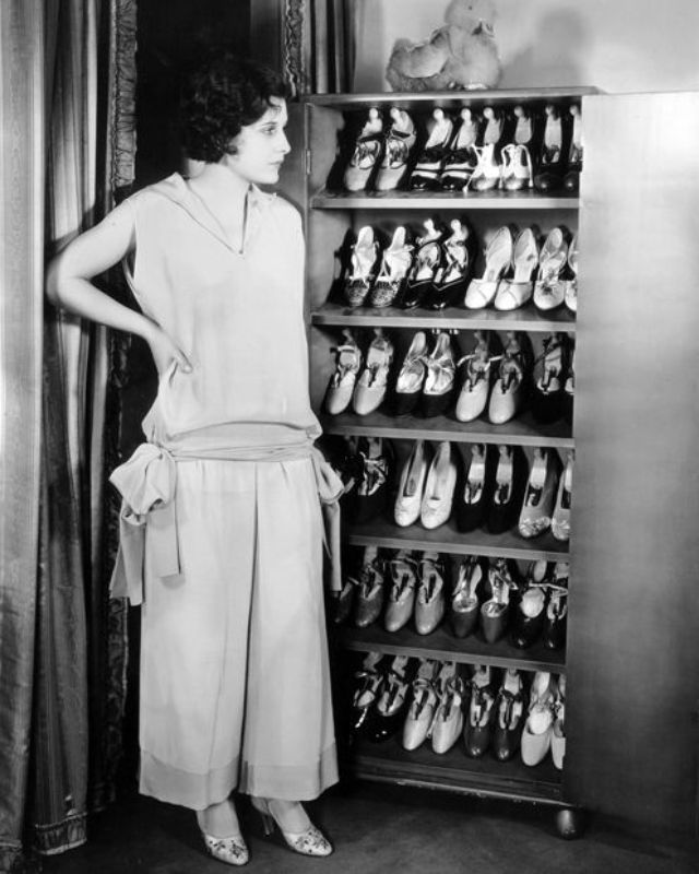 14 vintage photos of beautiful women in pyjamas from the 1920s.