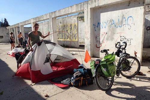 Campement dans un bâtiment abandonné, cette nuit là, c'est la tempête et les tentes ne sont pas fixées au sol…