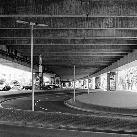 Ostwestfalendamm, Bielefeld. #onephotoaday #photooftheday #photography #fujix100t #swfotografie #blackandwhite #blackandwhitephotography #monochrome #schwarzweiß #streetart #streetlife #streetstyle #streetphotography #architektur #architecture #architekturfotografie #architecturephotography #bielefeld #owd #owl #ostwestfalendamm (hier: Ostwestfalendamm)