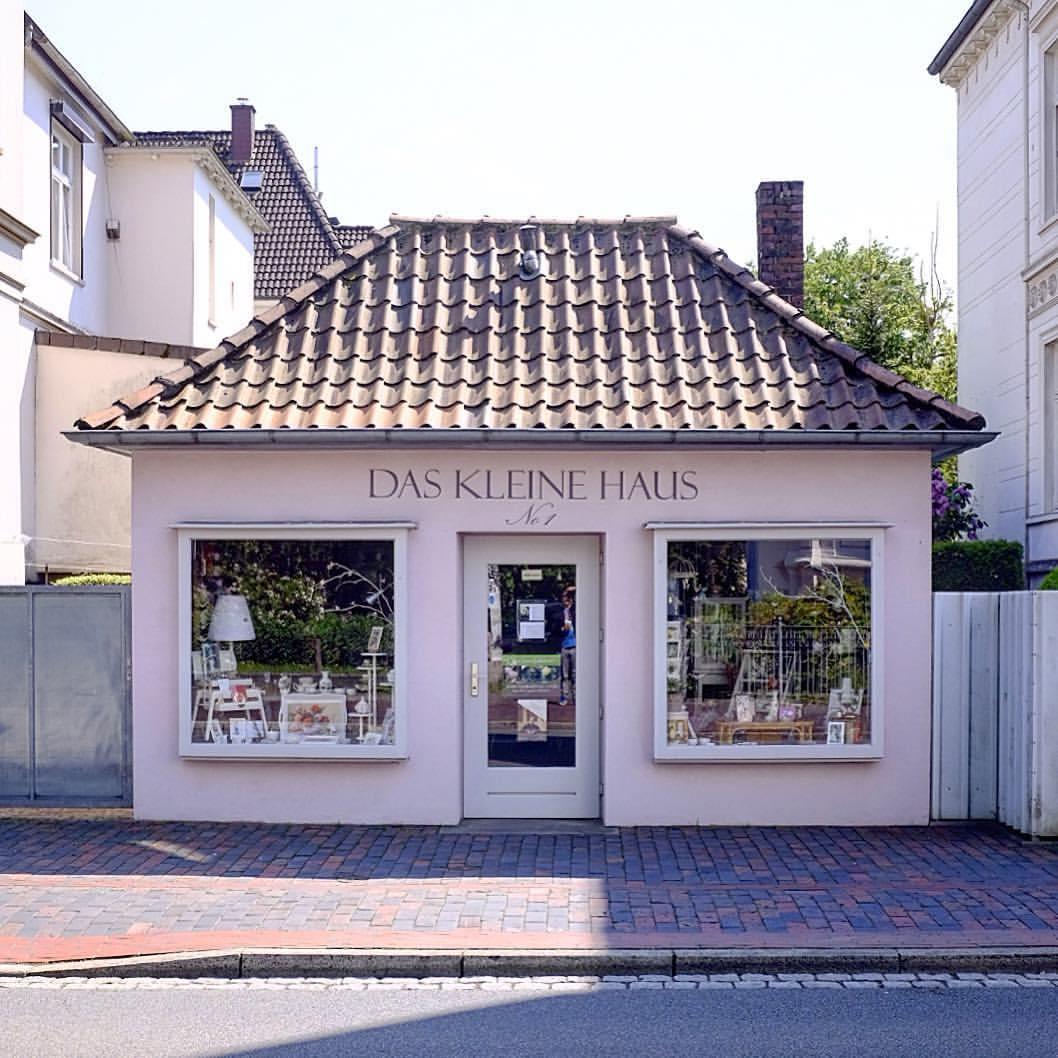 Das kleine Haus, Oldenburg 2017.#photooftheday #onephotoaday #photography #fujix100t #colorphotography #architektur #architecture #architekturfotografie #architecturephotography #house #smallhouse #tiny #daskleinehaus #oldenburg #streetphotography #tinyhouse (hier: Oldenburg, Germany)