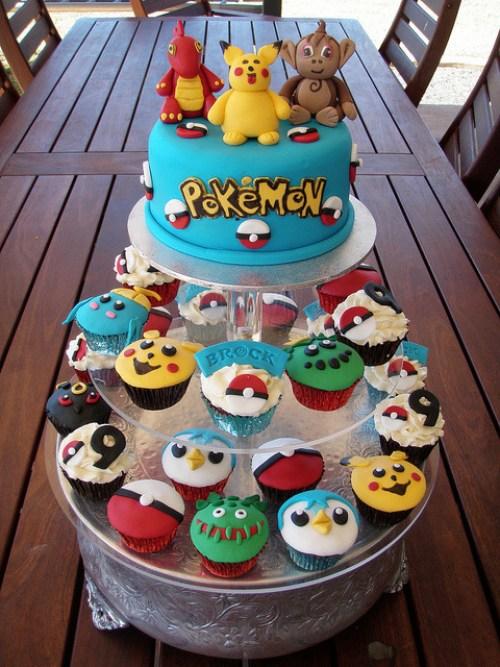 Jolie pièce montée de gâteau et cupcakes colorés pokémon
