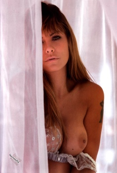 Amanda Rosa transparentando pezones en brasier blanco de encaje