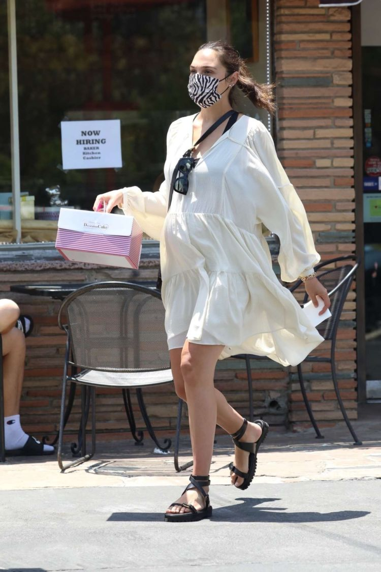 Gal Gadot Spotted Outside A Bakery In Los Angeles