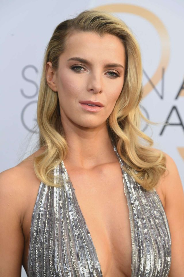Gorgeous Betty Gilpin Attends 25th Annual Screen Actors Guild Awards