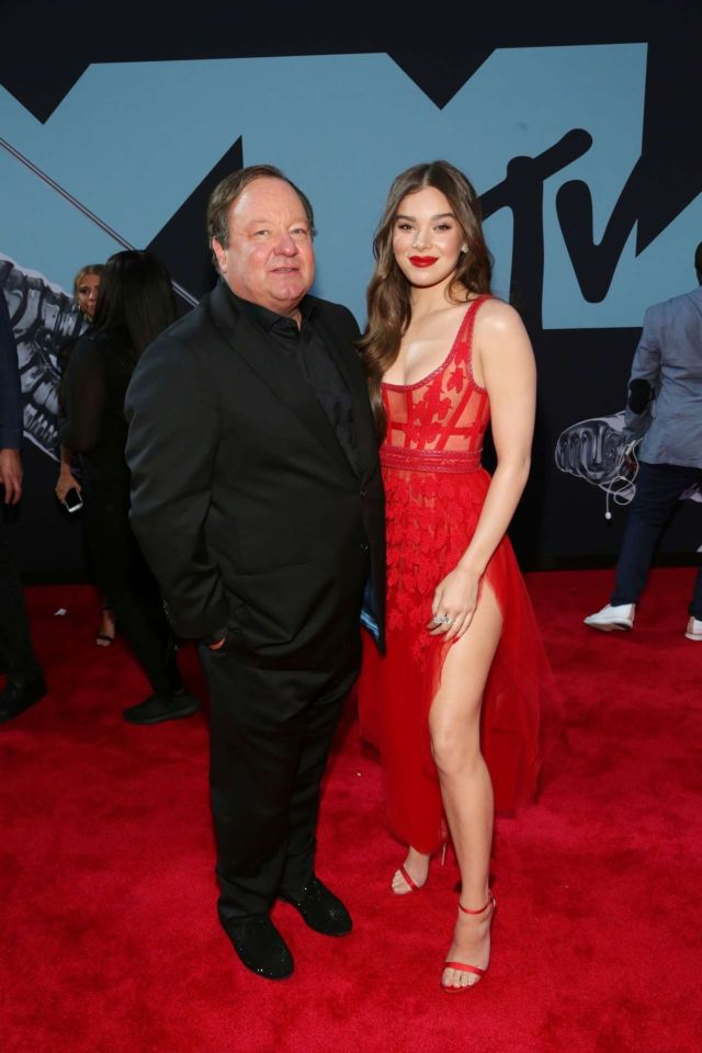 Hailee Steinfeld Shines In Red At MTV Video Music Awards 2019