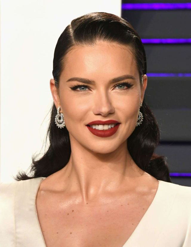 Gorgeous Adriana Lima At The 2019 Vanity Fair Oscar Party