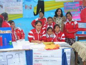 Docente del área de Educación para el trabajo y sus alumnas