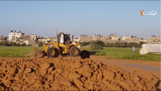 Screenshot van graafmachines die zandwallen opwerpen ter bescherming van demonstranten in Khuza'a (Gaza))