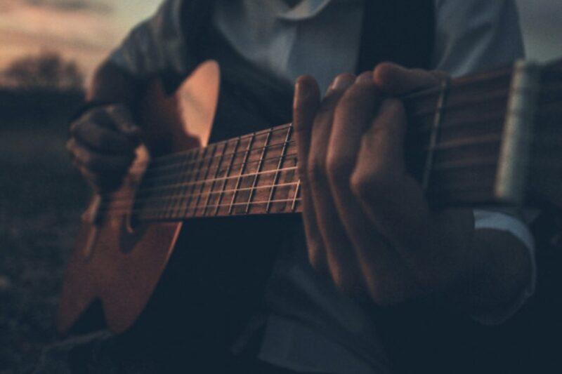 アコースティックギターを弾くイメージ画像