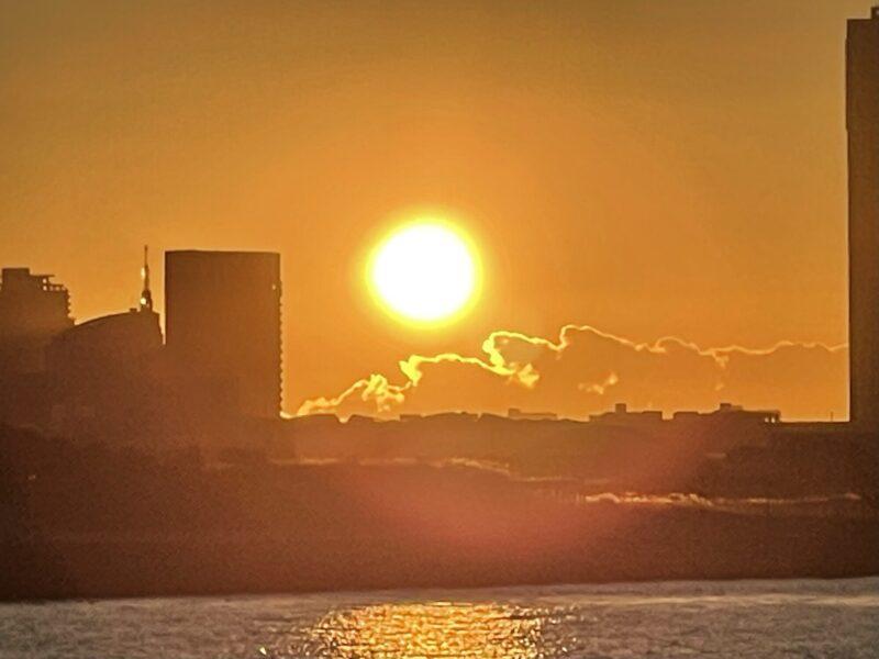 海から昇る日の出