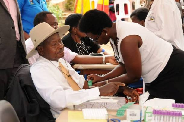 Ugandan President Yoweri Museveni gets tested for HIV in Kampala. (Photo courtesy of Uganda AIDS Commission)
