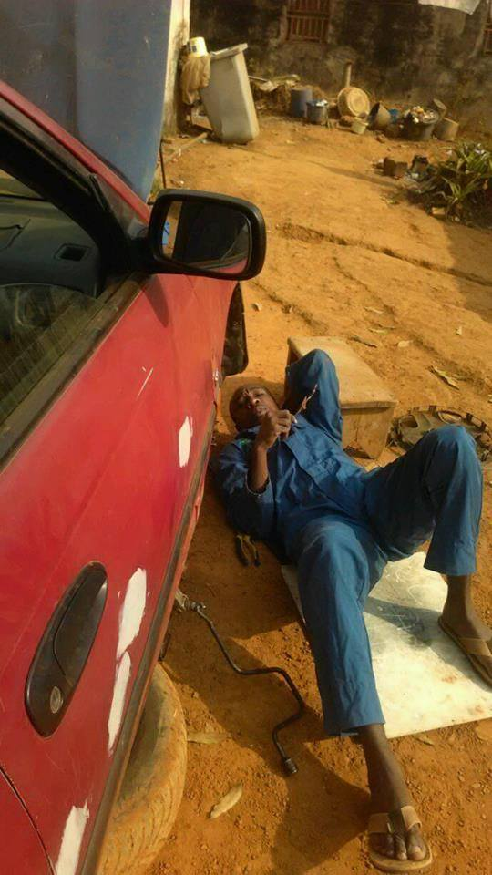 Guillaume Albert Medouma travaille sur sa voiture. (Photo de Dominique Menoga)