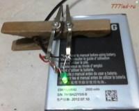 Лягушка для зарядки из прищепки.