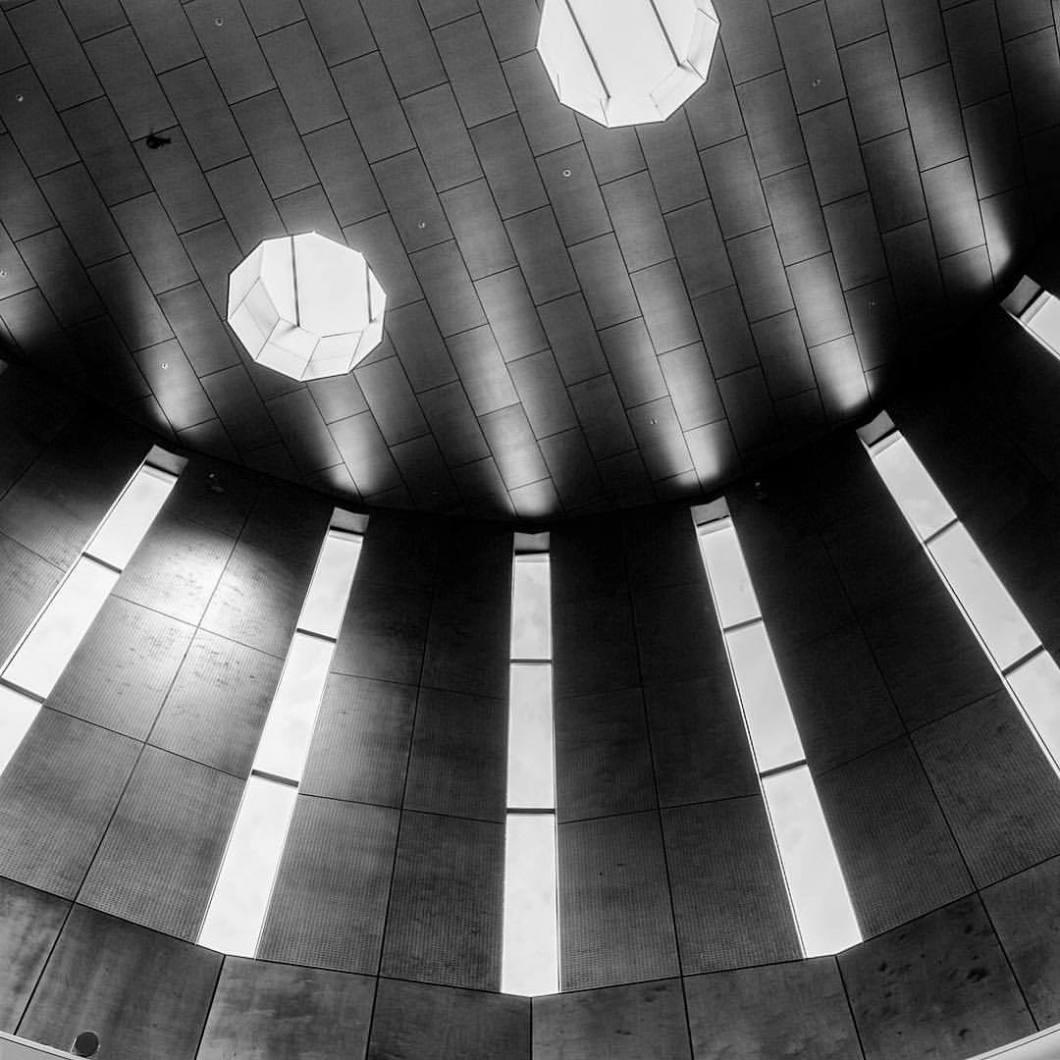 Windows, Enschede, 2017..#photooftheday #onephotoaday #photography #fujix100t #bwphotography #blackandwhite #blackandwhitephotography #monochrome #architektur #architecture #architekturfotografie #architecturephotography #details #symmetry #structure #struktur #kunstimraum #skulptur #sculpture #metal #sun #sonne #art #enschede #window (hier: Enschede, Netherlands)