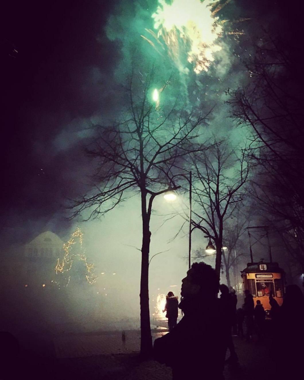 Happy new year! 🎆Siegfriedplatz, 2017/18.#photooftheday #onephotoaday #photography #colorphotography #iphonography #iphoneonly #iphonephotography #iphone6s #streetphotography #streetlife #streetstyle #happynewyear #newyearseve #fireworks #feuerwerk #frohesneuesjahr #2018 #goodbye2017 #bielefeld #siegfriedplatz #siggibielefeld #lights #rockets #teutoburgerwald #ostwestfalen #tree #silvester #neujahr (hier: Siegfriedplatz)