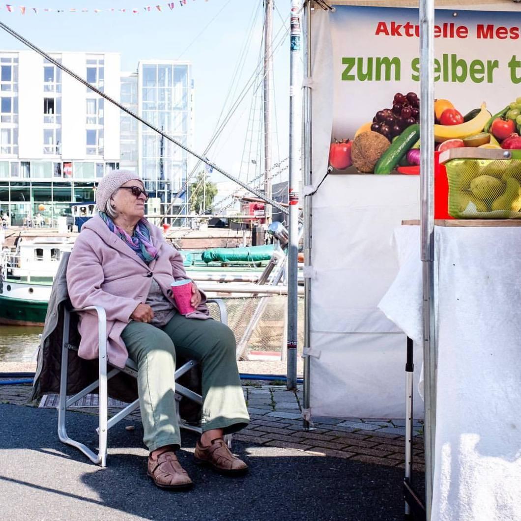 Marktfrau, Bremerhaven 2017..#photooftheday #onephotoaday #photography #people #peoplephotography #social #reportage #streetphotography #streetart #streetstyle #portrait #portraitphotography #fujix100t #bremerhaven #colorphotography #markt #market #marketplace #seller #saleswoman (hier: Bremerhaven, Germany)
