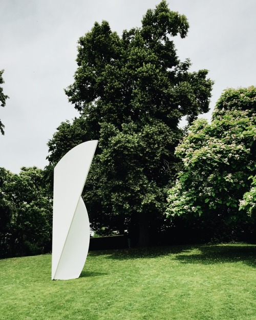 tumblr_pamtv05MxG1qi51lpo1_500 night-man-jon-gasca:  Beyeler garden with Ellsworth Kelly... Contemporary