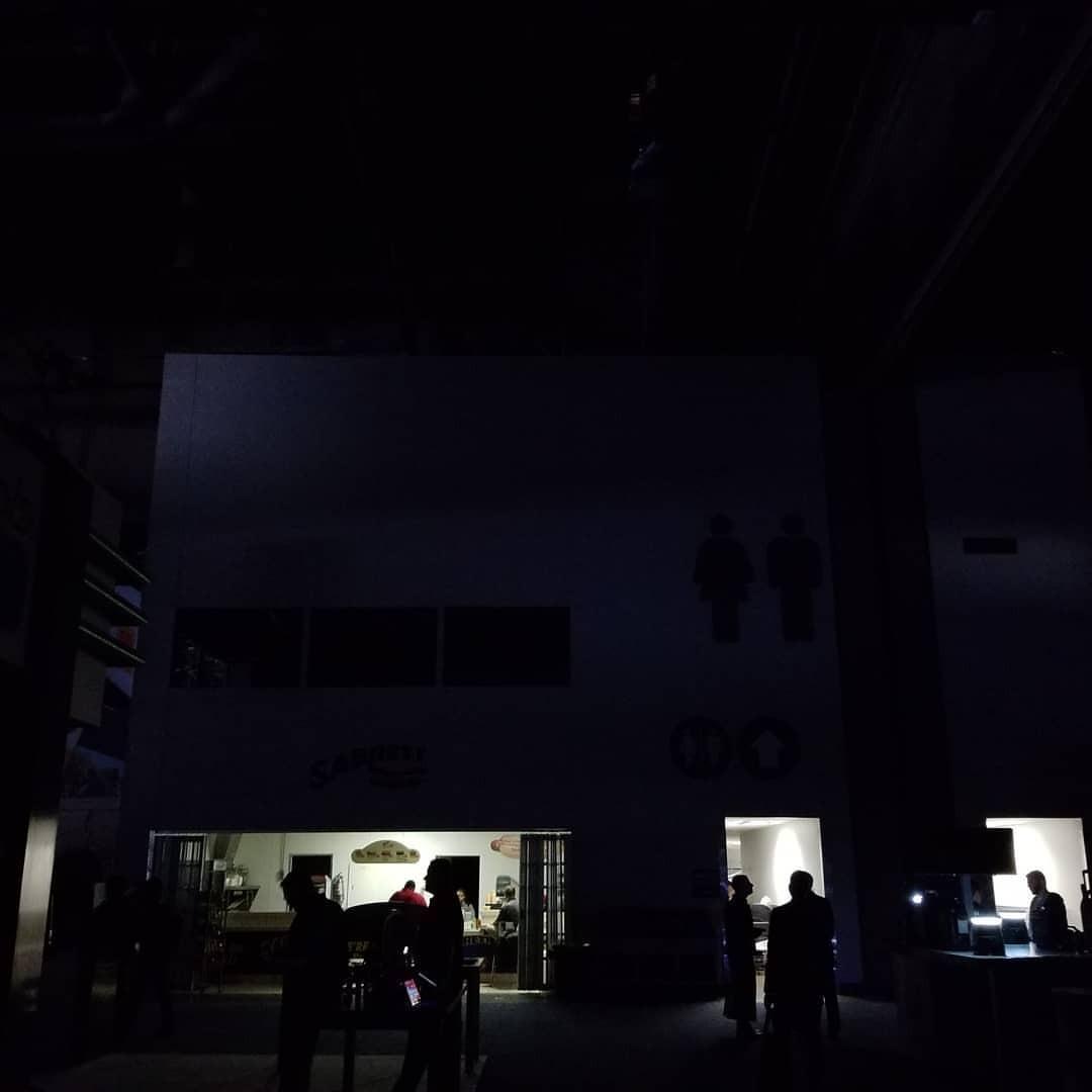 中の暗さは、最も暗いところでこんなもんかな。外の光も非常灯もあるし、そんなに真っ暗でもない。 (CES)
