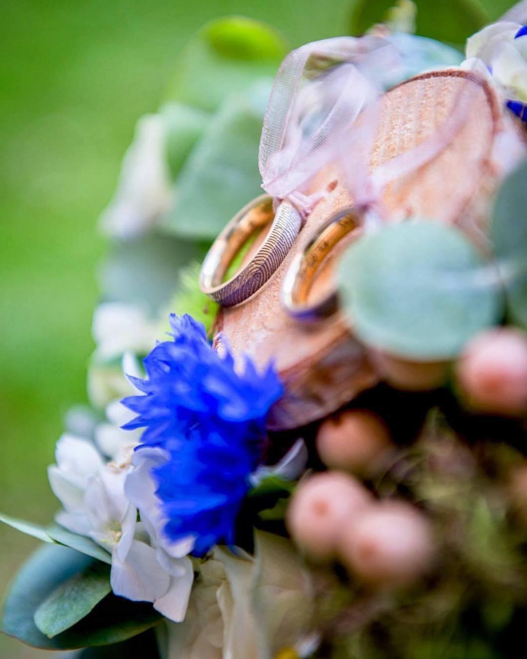 Wedding rings, Kerkrade/NL 2018..wonderful selfmade wedding rings with personal finger prints. What a wonderful idea!.#photooftheday #onephotoaday #photography #colorphotography #nikon #wedding #weddingphotography #brautpaar #bride #hochzeitsdeko #hochzeitsdeko #bridelife #photographerslife #weddingrings #weddingring #eheringe #hands #bride #groom #ehe #fingerprints (hier: Abdij Rolduc)