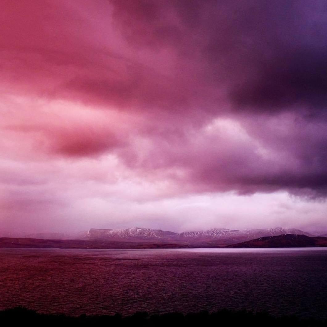 Purple rain, Kerry County, Ireland. 2018.#photooftheday #onephotoaday #photography #fujix100t #beach #ireland #eire #free #freedom #sea #ocean #seaside #cliff #dingle #kerry #sunset #colors #clouds #rain #pink #purplerain (hier: Kerry Cliffs)