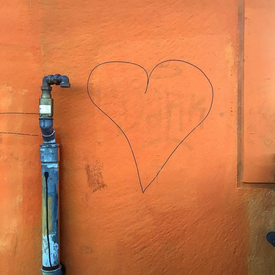 Love. Bielefeld, 2017..#photooftheday #onephotoaday #photography #iphoneonly #iphonography #iphone6s #iphonephotography #streetphotography #streetart #streetlife #streetstyle #reportage #reportagefotografie #reportagephotography #graffiti #graffitiart #love #heart #herz #liebe #orange #note (hier: Bielefeld, Germany)
