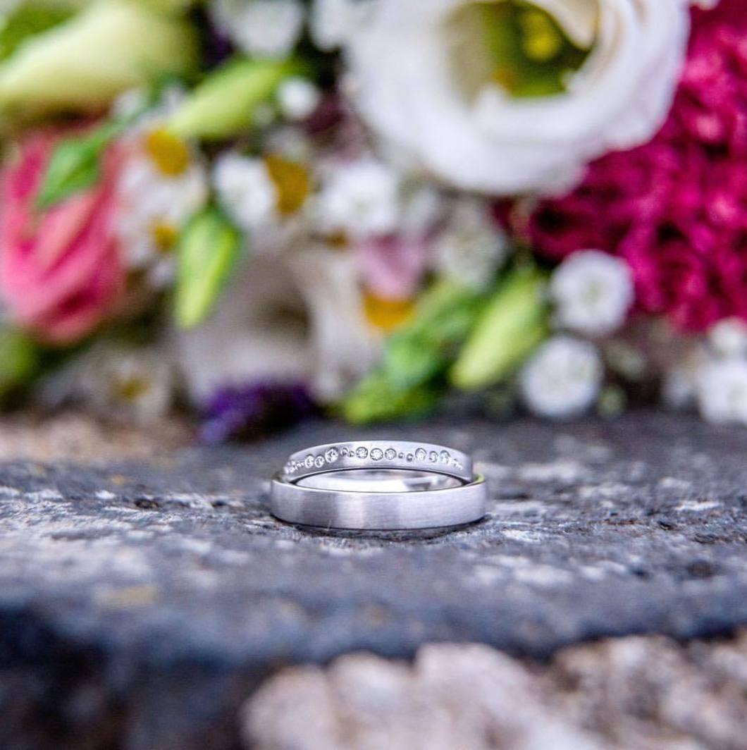 Wedding rings, 2017..#photooftheday #onephotoaday #photography #colorphotography #nikon #wedding #weddingphotography #brautpaar #bride #hochzeitsdeko #vintagewedding #hochzeitsdeko #bridelife #photographerslife #weddingrings #weddingring #eheringe (hier: Rolandsbogen)