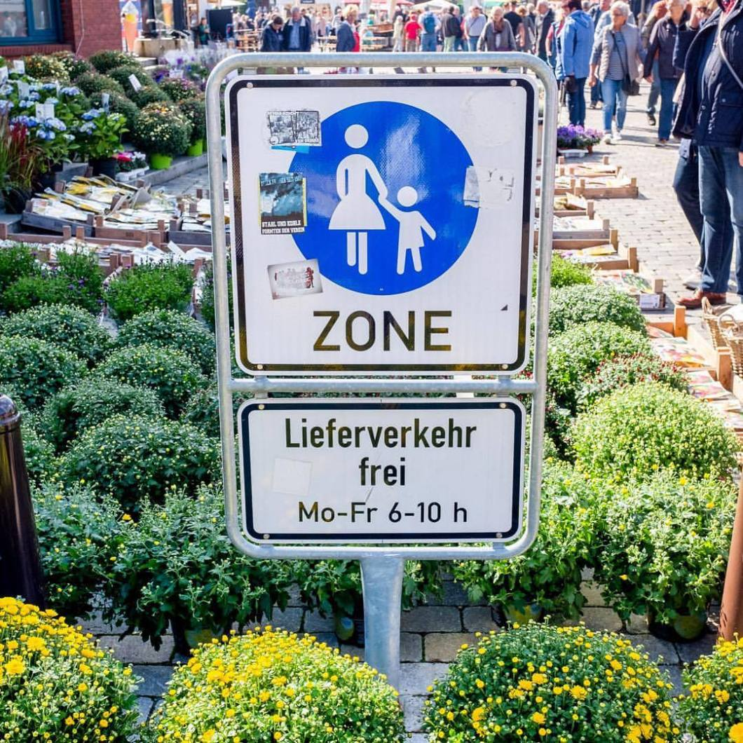 Bremerhaven, 2017..#photooftheday #onephotoaday #photography #social #reportage #streetphotography #streetart #streetstyle #fujix100t #bremerhaven #colorphotography #markt #market #marketplace #bremerhaven #fußgängerzone #nocars #plants #flowers #green #signs #schild (hier: Bremerhaven, Germany)