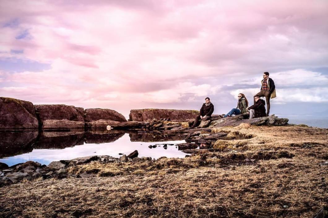 Me, my friends and I. Ireland, 2018..Ireland. 2018#photooftheday #onephotoaday #photography #fujix100t #beach #ireland #eire #free #freedom #sea #ocean #seaside #cliff #dingle #kerry #selftimer #sunset #sun #pink #friends #friendship #group #posing #trip #triptoireland (hier: Kerry, Ireland)