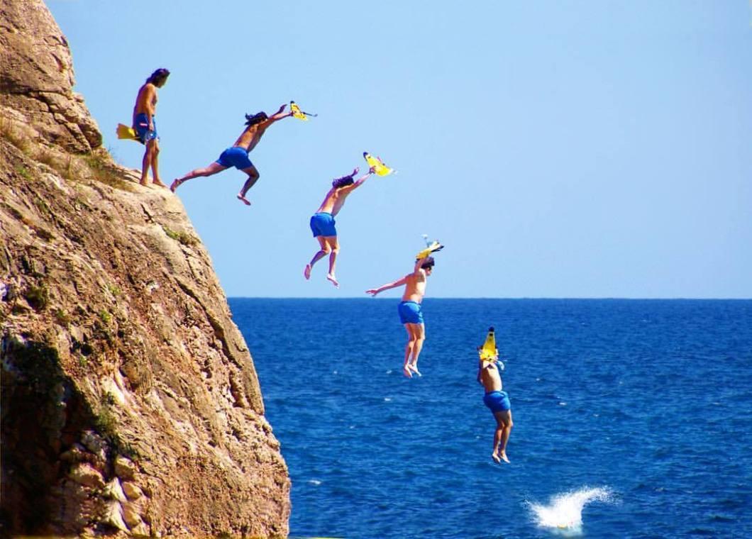 Cliff jump, Mallorca..#photooftheday #photography #colorphotography #landscape #landscapephotography #nature #landschaft #landschaftsfotografie #naturephotography #landscapephotography #naturfotografie #travelphotography #mallorca #swimming #jump #cliff #water #ocean #beach #spain #surfer #beachfun #holiday #saforadada (hier: Palma De Mallorca, Spain)