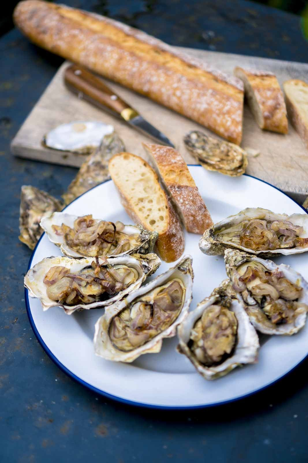 Oysters with shallots according to a recipe from @julieandrieu.officiel from her marvelous cookbook Le tour de France gourmand - our holiday cookbook 🇫🇷🍴😋