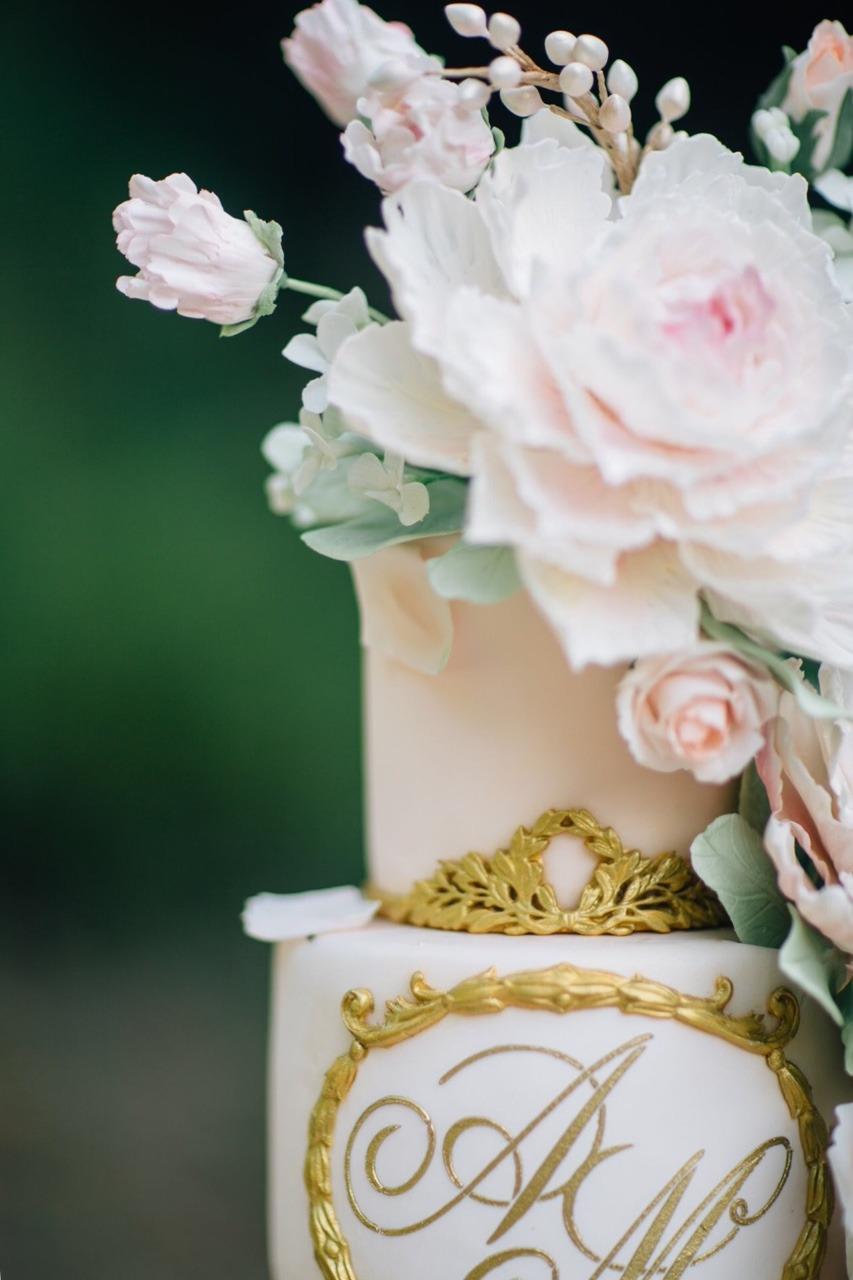 Blush and Gold Sugar Flower Wedding Cake I Mischief Maker Cakes #weddingcake #cake #wedding #luxurywedding #luxuryweddingcake  #sugarflowers #sugarflower #blush #mischiefmakercakes #themischiefmaker