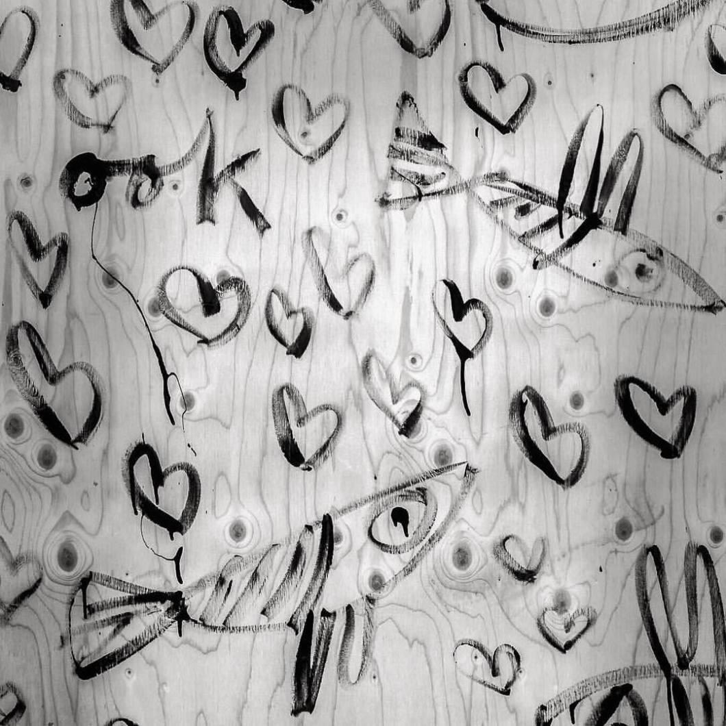 Fishes in love. Enschede, 2017..#photooftheday #onephotoaday #photography #iphoneonly #iphonography #iphonephotography #bwphotography #blackandwhite #blackandwhitephotography #monochrome #streetphotography #streetart #reportage #grafitti #grafittiart #sprayer #graffitistyle #fish #fishes #fische #love #liebe #herz #herzen #hearts (hier: Enschede, Netherlands)
