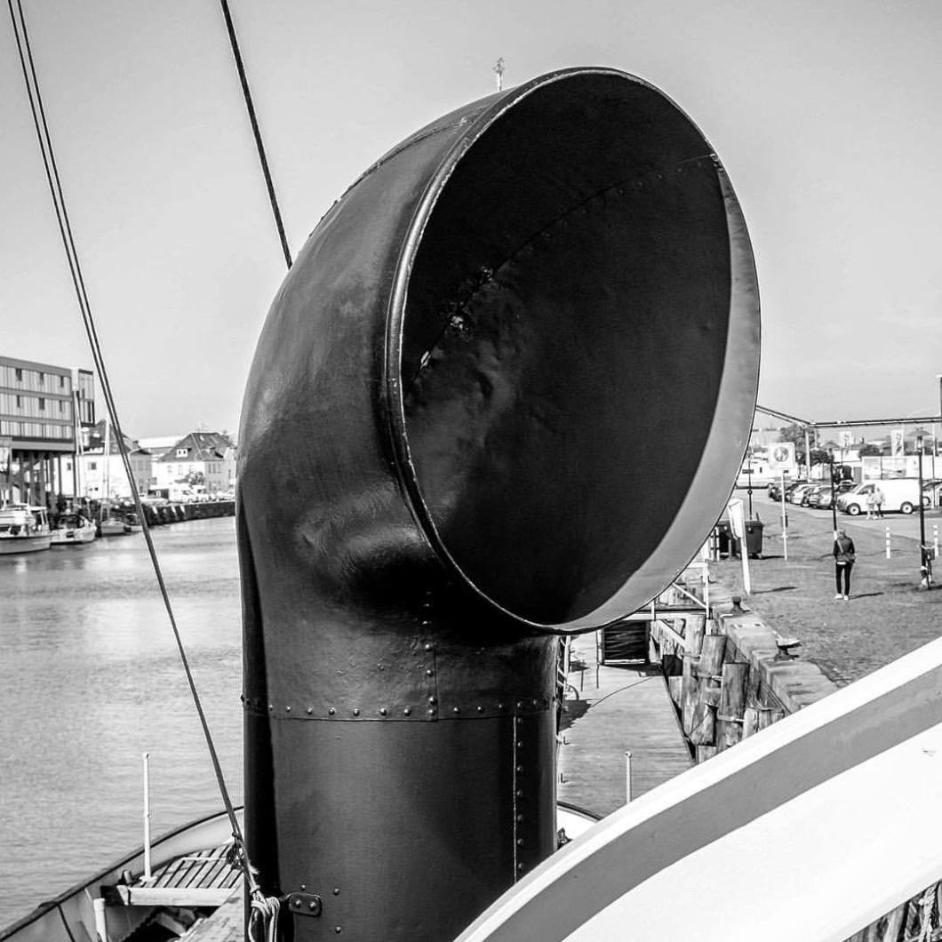 Martime chimney, Bremerhaven 2017..#photooftheday #onephotoaday #photography #people #peoplephotography #social #reportage #streetphotography #streetart #streetstyle #fujix100t #bremerhaven #colorphotography #reportagephotography #reportagefotografie #architecture #architecturephotography #architektur #architekturfotografie #interieurphotography #bremerhaven #ships #maritim #seamen #aufsee #ship #schiff #schiffe #sailor #sailors #sailing #sailaway (hier: Bremerhaven, Germany)